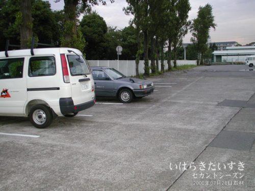京成マリーナ時代の駐車場。ここにゴーカート乗り場が設営されていました。(2000年07月撮影)