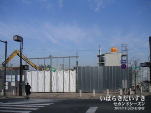 防護壁に囲まれる、イトーヨーカドー高萩店。