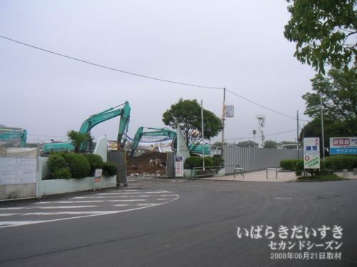 防護壁が設置され、工事が始まっています。
