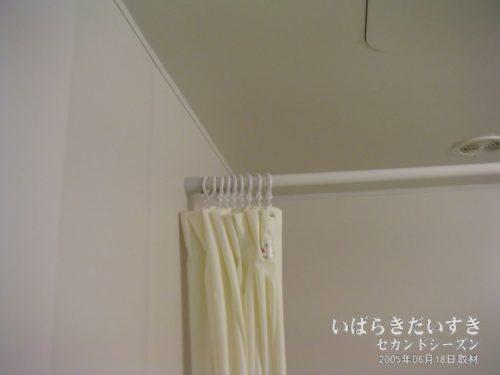 シャワーカーテンが水圧で巻き込まれないよう、調整。