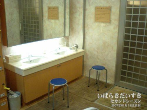 改修前の大浴場、更衣室。