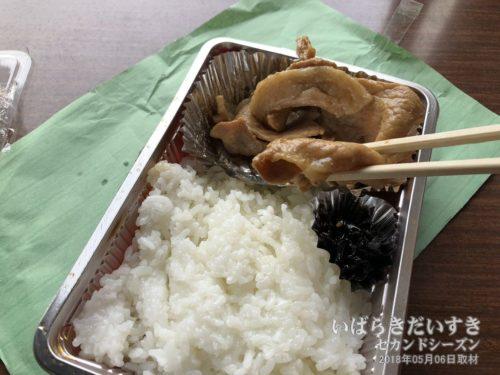 【 焼肉弁当 / あらいやオートコーナー 】<br>白飯におかずの焼肉。お口直しに昆布の佃煮が入っていました。