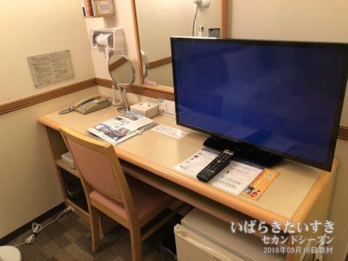 テーブルやモニター、鏡もほぼ統一規格。