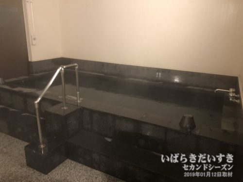 黒を基調とした湯船。