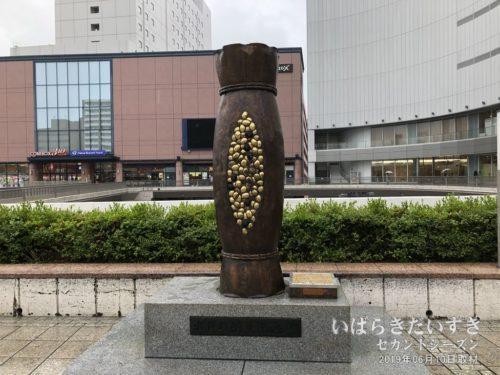 JR水戸駅 南口にある、納豆記念碑