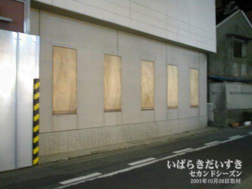 ホテル裏口の閉鎖された窓:土浦東武ホテル