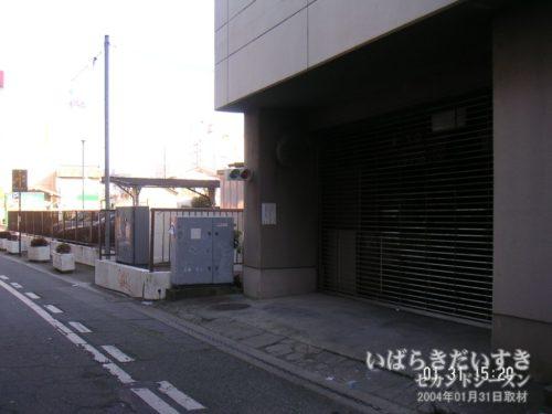 土浦東武ホテル裏手の、地下駐車場への入り口。
