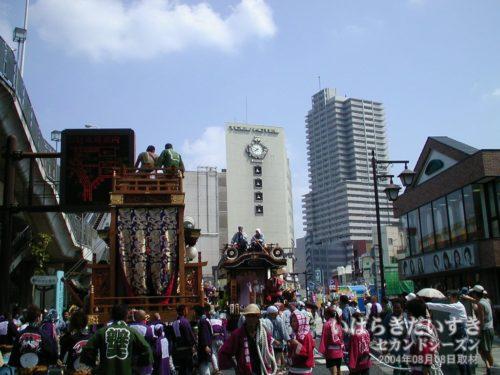 土浦東武ホテル(閉店)を背景に、土浦の山車たちが土浦市街地をにぎやかす。