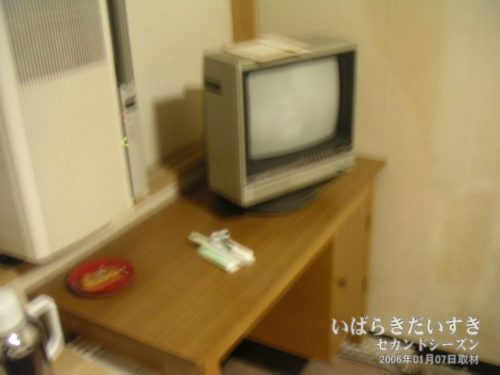 テーブルにはテレビとお茶うけ:吉見屋旅館