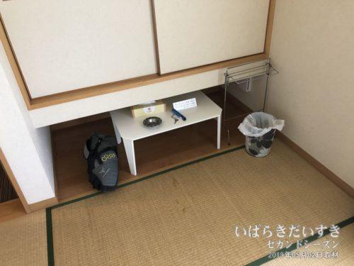 テーブルと戸棚 :朝日屋旅館