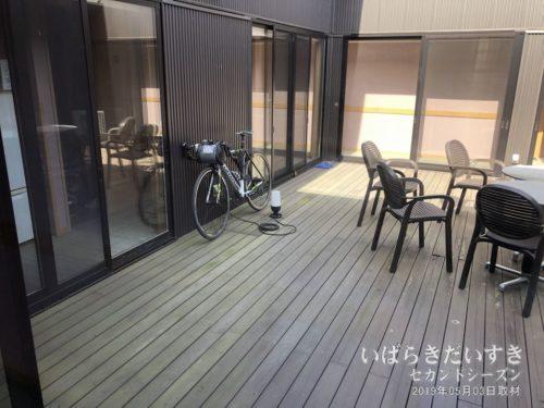 中庭。喫煙所にもなっている。:朝日屋旅館