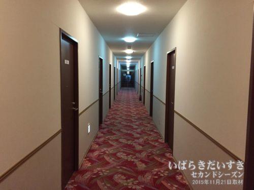 宿泊階の廊下:ホテル奥久慈館