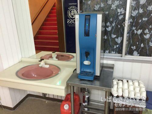 給水器:無料で冷たいお水がいただけます。