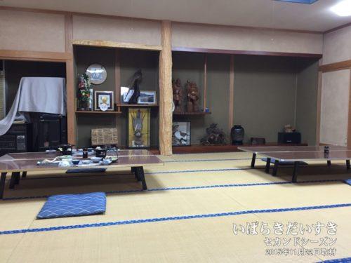 大広間で夕食をいただく:鈴木屋旅館