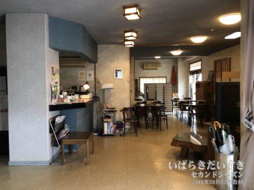 ホテルがんけ:1階受付とカフェブース。