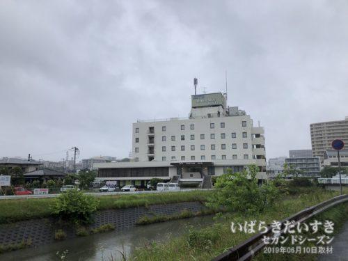 桜川越しに、水戸リバーサイドホテルを望む。