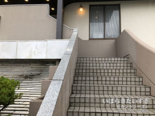 エントランス(2F)へは階段で。