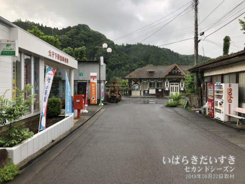 左手に大子下野宮郵便局。奥がJR下野宮駅駅舎。