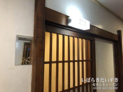 個室の入口は鍵がかかります:ホテル鮎亭
