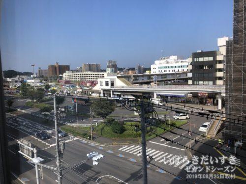部屋からはJR土浦駅が見える。