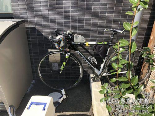 自転車はホテル裏に固定していました。