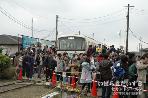 鹿島鉄道 鉾田駅で降りる乗客たち。(2007年03月撮影)