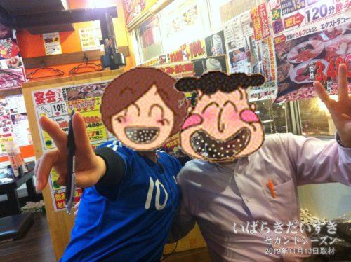 写真の女の子は、ワールドカップ上野店の店員さん。右は当時の上司。