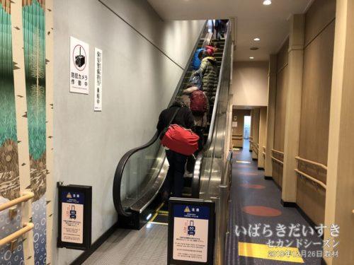 エスカレーターで、乗船階へ移動。
