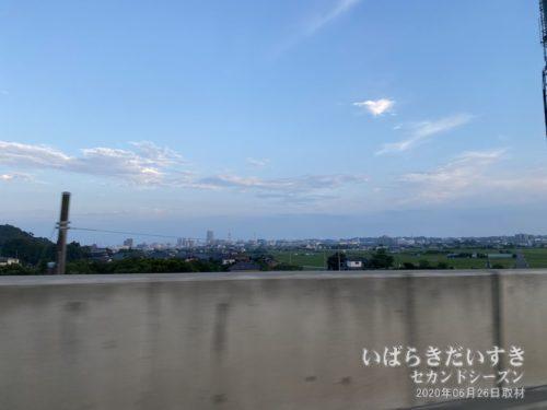 帰宅の途。土浦市街地を遠目に望む。