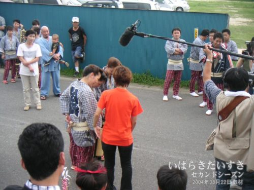 林家まる子 姫による取材。(2004年撮影)