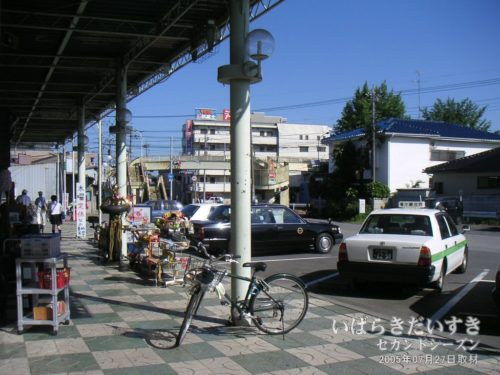 竜ケ崎駅 駅前(2005年撮影)/ 今は無き歩道橋が見える
