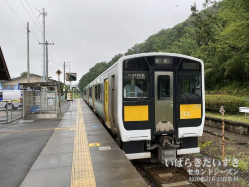 袋田駅ホームで出発を待つ水郡線。