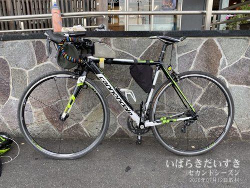 佐原駅前で自転車をしまいます。