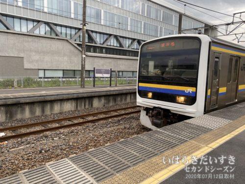 佐原駅に、成田線の車両が入線してきます。