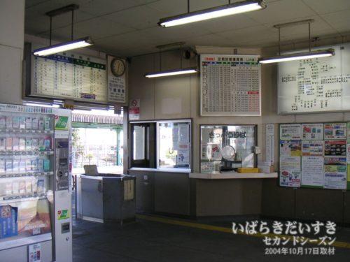 下妻駅:2004年当時は有人改札だった。