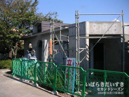 砂沼湖岸の公衆トイレは工事中。(2004年撮影)