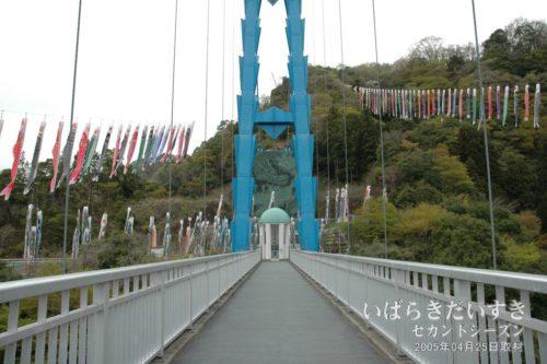 竜神大吊橋の対岸に、「木精の鐘(もりのかね)」竜神カリヨンがあります。