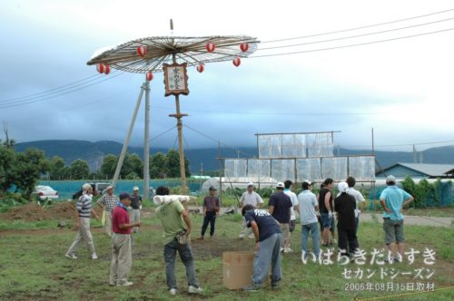 からかさ万灯の準備。(2006年撮影)