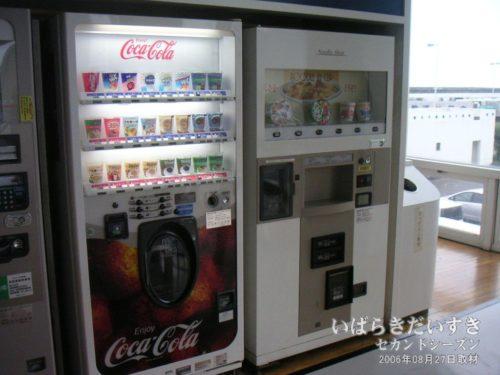 待合室のカップ麺 自販機