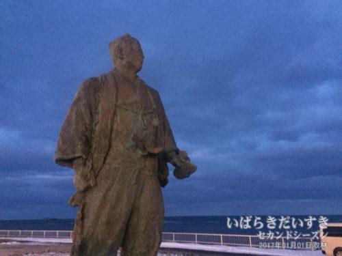間宮海峡を望む、間宮林蔵先生の像。