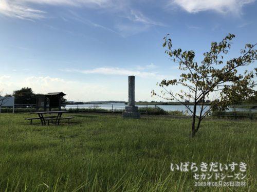 堤防上に移設された、茨城百景 岡堰の碑。(2018年撮影)