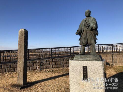旧岡堰にある、間宮林蔵先生の像。