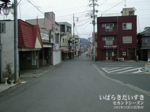 岩瀬駅前から国道方面へ続く道。(2003年撮影)