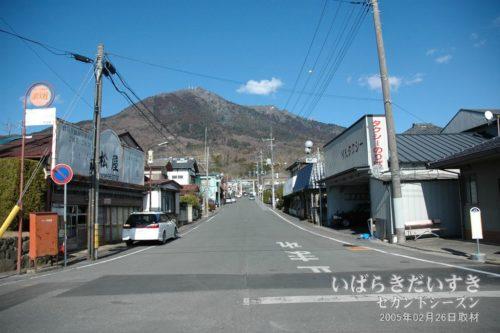 2005年の筑波山と松屋(旧店舗)。