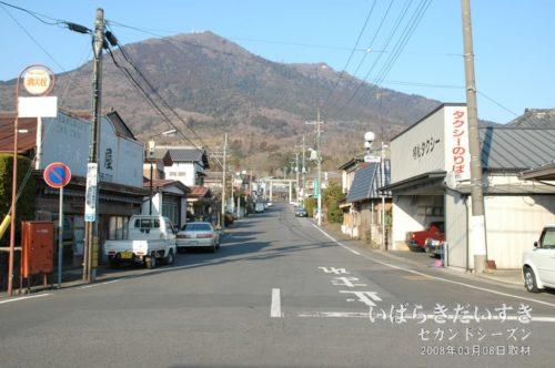 2008年の筑波山と松屋(旧店舗)。