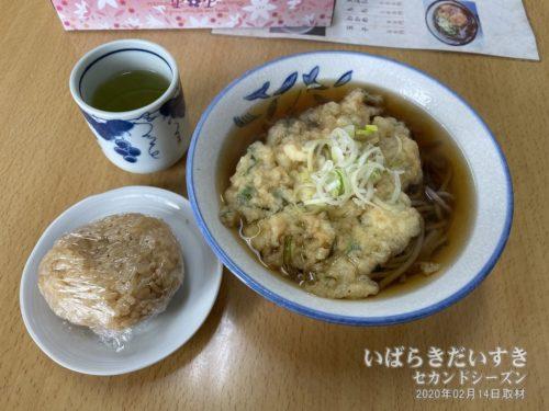 真壁駅 駅そば たかはし / 天ぷらそば、肉入りおにぎり