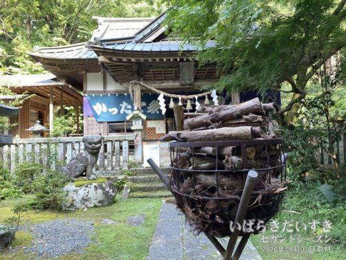 五所駒瀧神社 拝殿と薪。