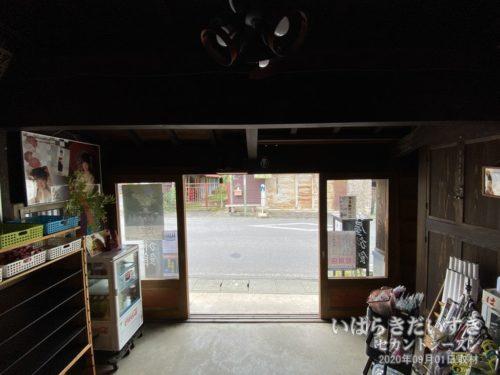 伊勢屋旅館 帳場 / 建物側から屋外を望む