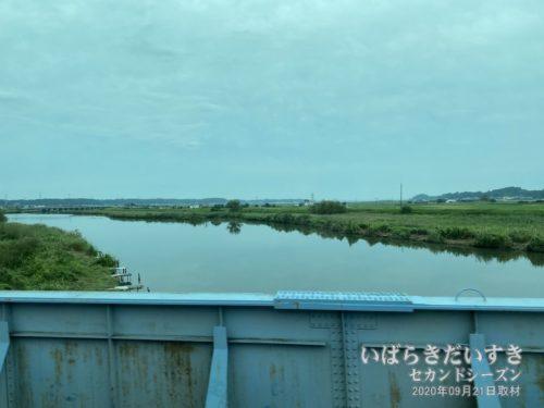 常磐線は恋瀬川を渡ると、JR高浜駅。〔石岡市〕