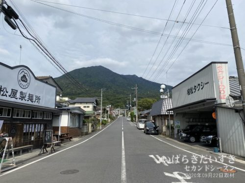 筑波鉄道 筑波山口駅から筑波山、参道を望む。